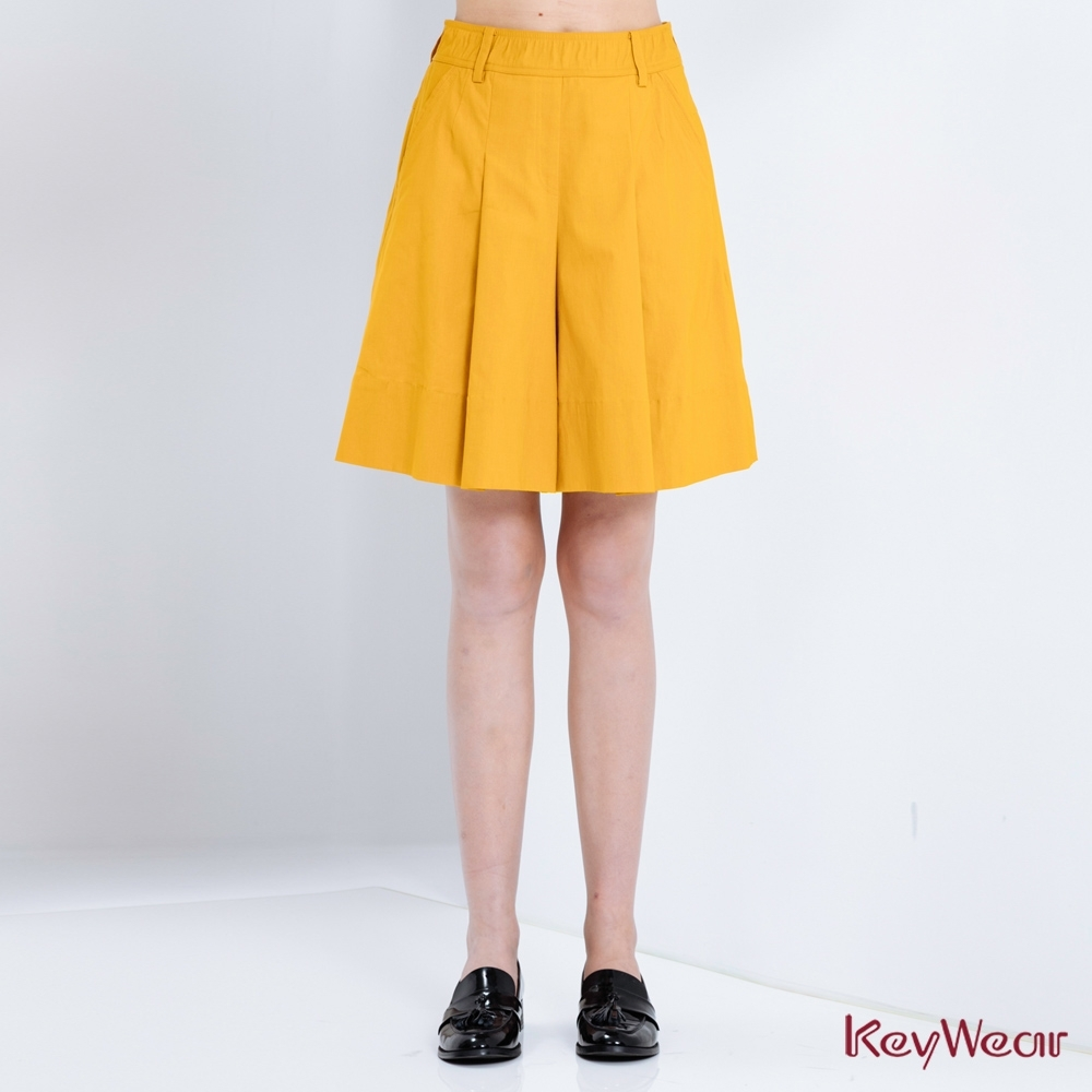 KeyWear奇威名品    時尚褶飾超彈五分褲裙-土黃色