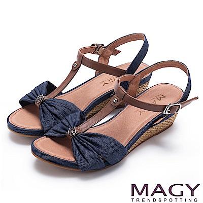 MAGY 異國風情 點點抓皺布面拼接牛皮編織楔型涼鞋-藍色