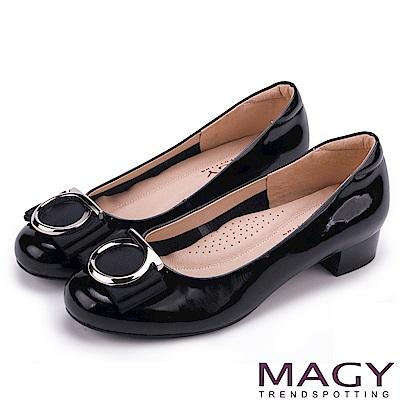 MAGY OL通勤專屬 造型圓釦+織帶蝴蝶結低跟鞋-黑色