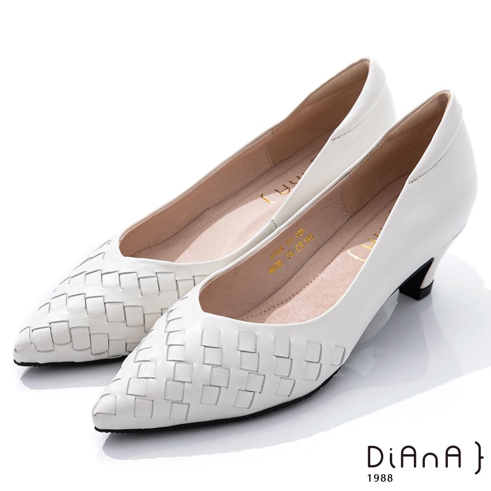 DIANA 4.5cm柔軟羊皮編織紋設計尖頭跟鞋–都會時尚-米白