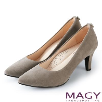 MAGY 氣質魅力款 愛心鑽飾絨布尖頭高跟鞋-灰色