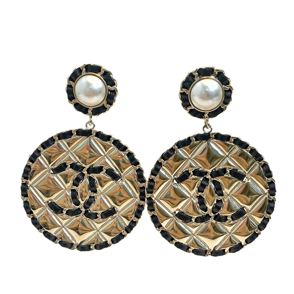 CHANEL 經典雙C LOGO皮革穿繞菱格圓形穿式耳環(黑/金)