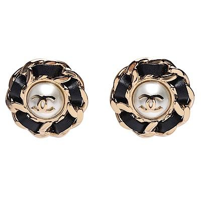 CHANEL 經典雙C LOGO皮革穿繞簍空鎖鍊珍珠鑲嵌夾式耳環(金)