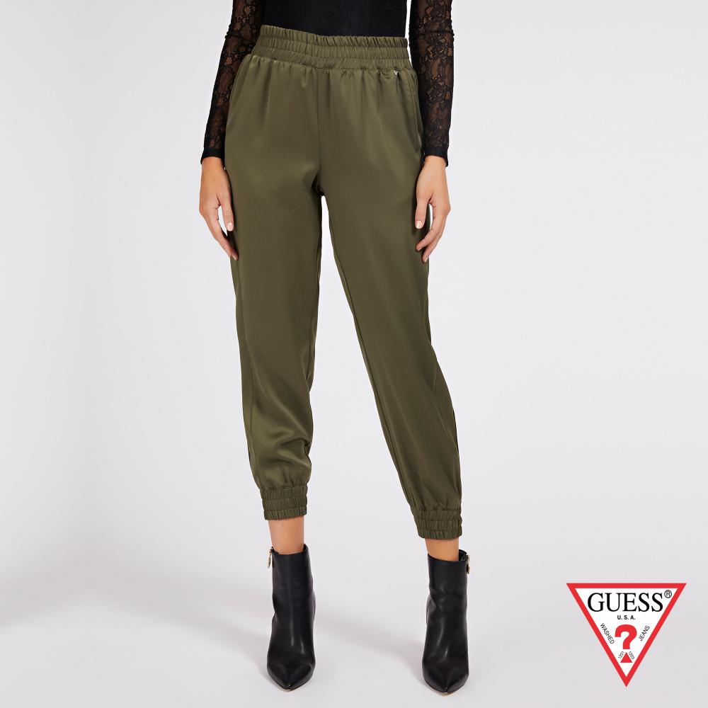 GUESS-女裝-簡約素面鬆緊帶縮口休閒褲-軍綠 原價2790