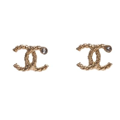 CHANEL 經典雙C LOGO水鑽鑲嵌羅紋夾式耳環(金)