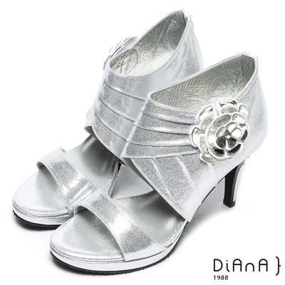 DIANA 上流風潮—雕花皺折簍空水鑽涼跟鞋-銀