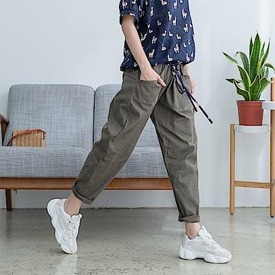 慢 生活 半圓口袋薄款蘿蔔褲- 深綠/白