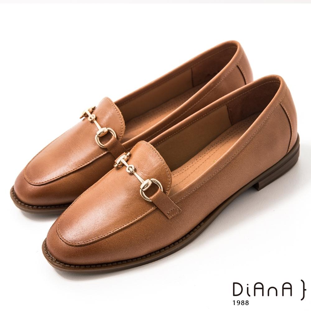 DIANA 2.5 cm質感牛皮擦色馬銜釦飾低跟樂福鞋-漫步雲端焦糖美人-棕