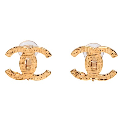 CHANEL 經典CC LOGO刻紋造型夾式耳環(金色)