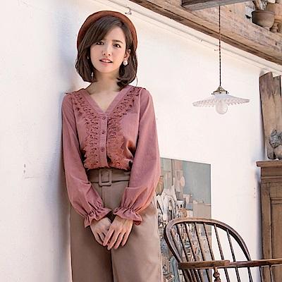 iMODA STAR-臧芮軒。純色高含棉拼接鏤空蕾絲荷葉袖V領襯衫