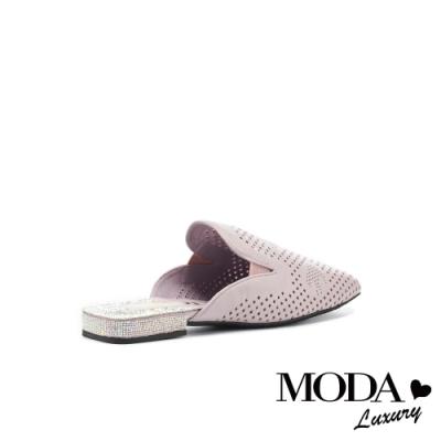 拖鞋 MODA Luxury 時髦氣勢沖孔羊皮晶鑽方頭低跟穆勒拖鞋-紫