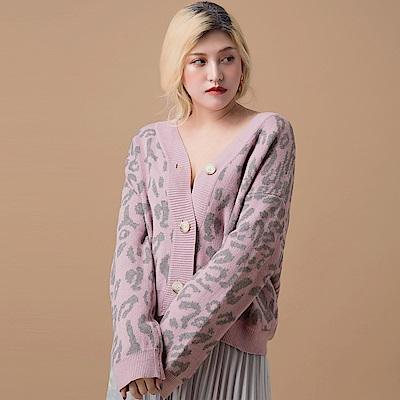 AIR SPACE LADY 中大尺碼 大圓釦豹紋針織開襟外套(粉紅)