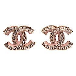 CHANEL 經典珍珠鑲嵌雙C LOGO蜜桃色飾邊造型穿式耳環(蜜桃粉X金)