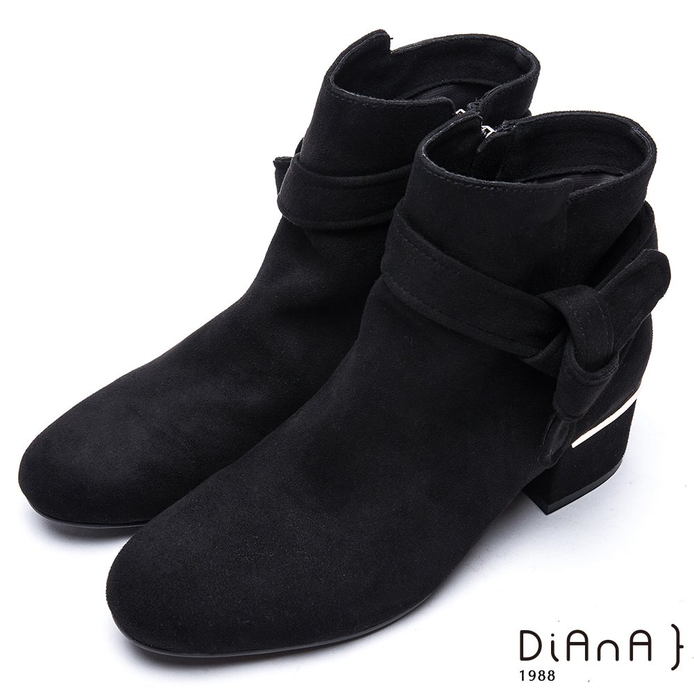 DIANA綁帶後跟金屬片飾羊絨布粗跟短靴-率性自我-黑