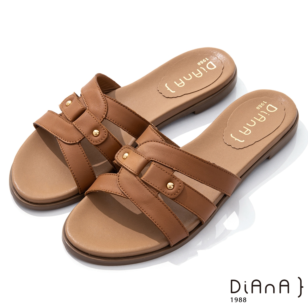 DIANA 1.8cm 質感牛皮幾何線條金屬鉚釘釦飾涼拖鞋-夏日風情-棕
