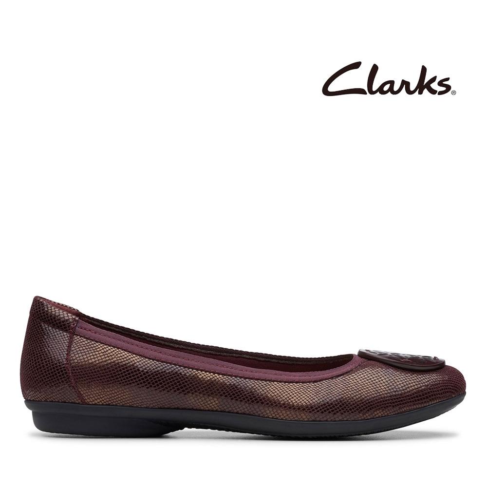 Clarks 摩登經典 大圓圖騰飾扣壓紋娃娃鞋 酒紅色