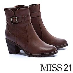 短靴 MISS 21 經典必敗簡約率性單釦環皮帶仿皮布粗高跟短靴-咖