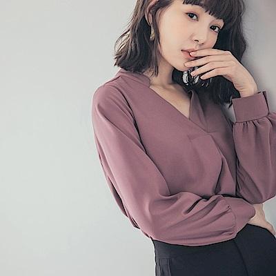 純色胸前壓褶V領雪紡上衣-OB嚴選
