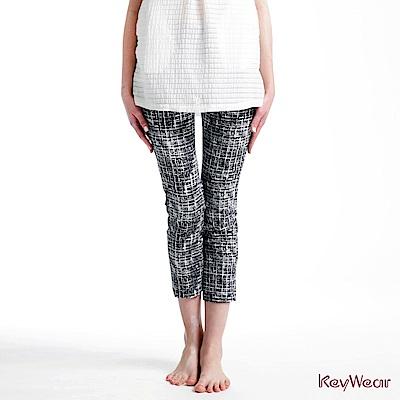 KeyWear奇威名品     立體印花修身筆直九分褲-深藍色