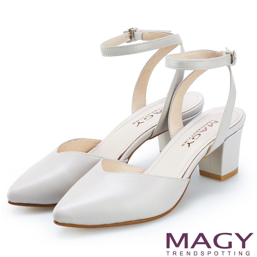 MAGY 都會優雅 素面繫踝釦環牛皮後空粗跟鞋-淺灰