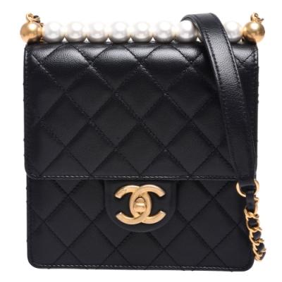 CHANEL 經典菱格紋牛皮雙C LOGO珍珠裝飾復古金鍊轉釦肩/斜背包(小-黑)
