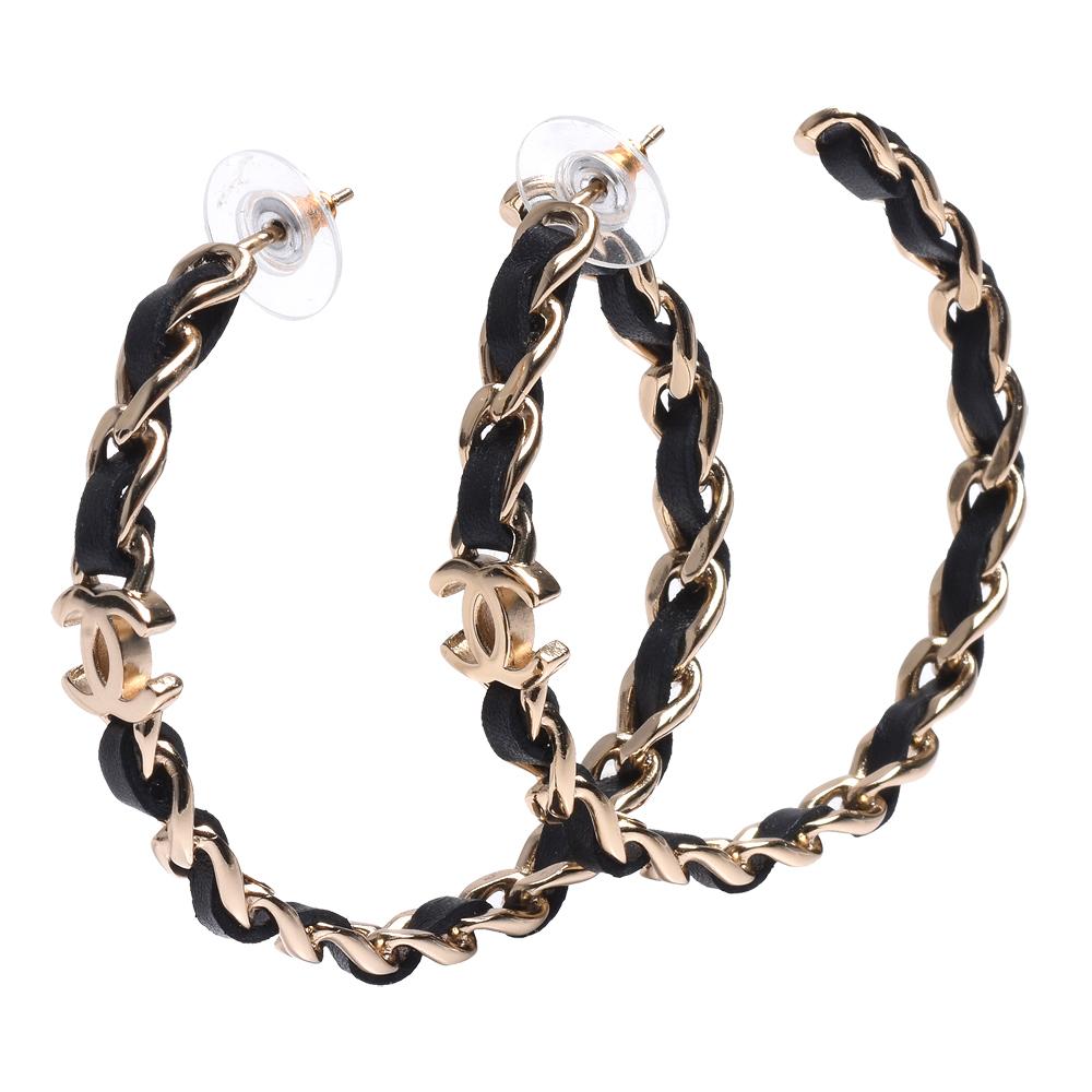 CHANEL 經典雙C LOGO皮革穿繞簍空鎖鍊造型穿式耳環(黑X金)