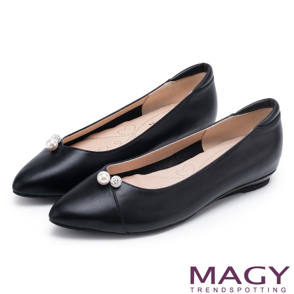 MAGY 氣質首選 典雅素面珍珠水鑽牛皮平底鞋-黑色