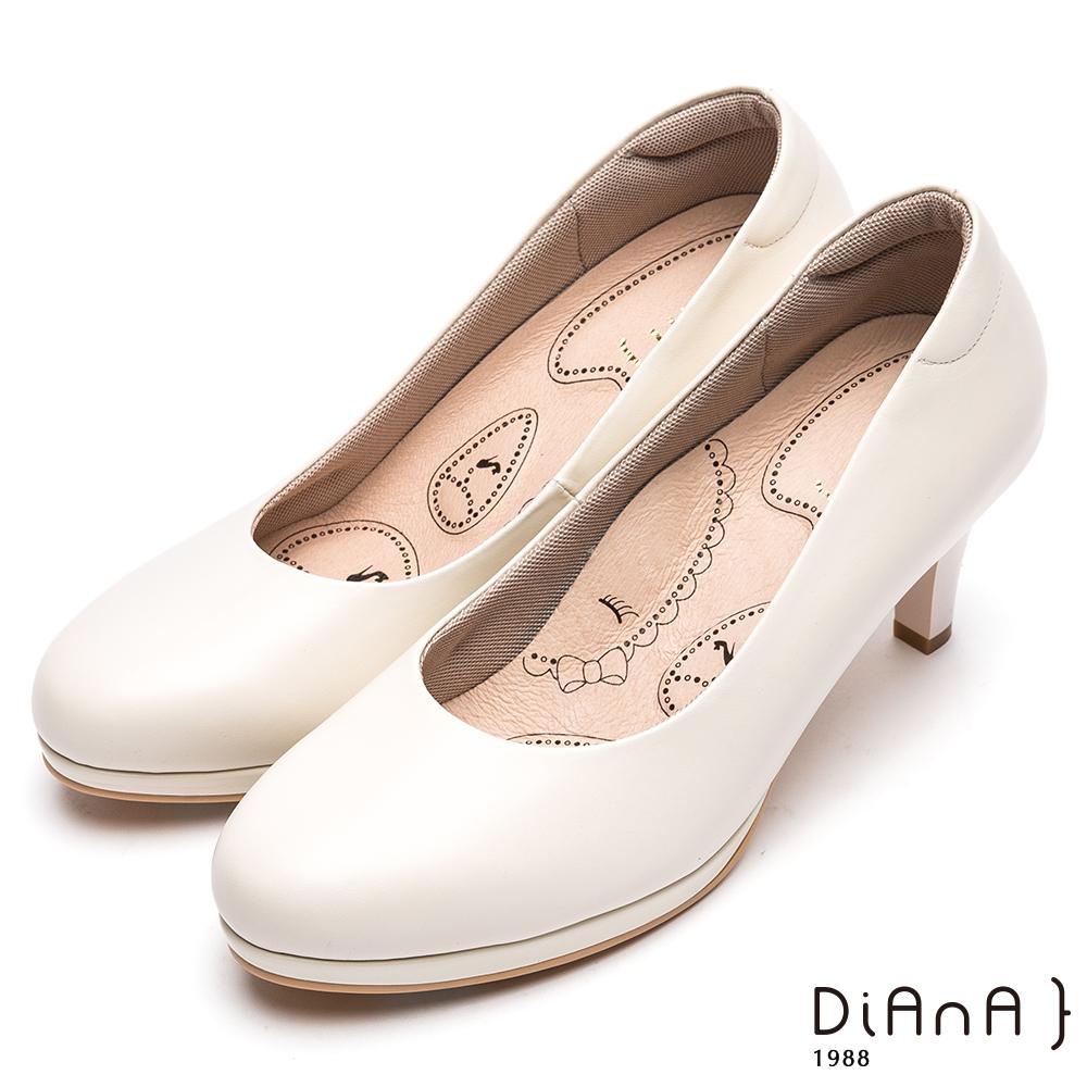 DIANA輕彈OL舒適7公分圓頭制鞋-漫步雲端布朗尼美人款-米