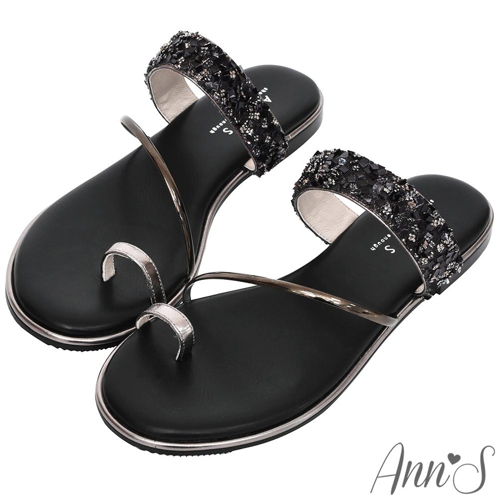 Ann'S女神光芒-鑽石糖碎石套拇指軟金屬平底寬版涼拖鞋-黑