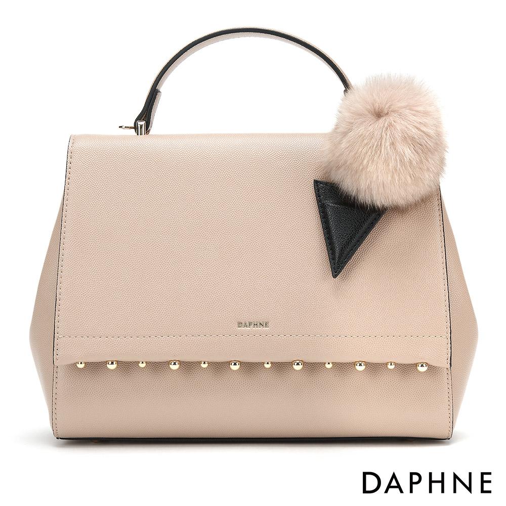 達芙妮DAPHNE-質感珠飾毛球手提單肩包-杏色