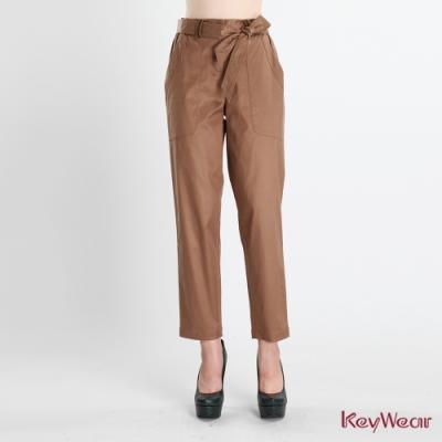 KeyWear奇威名品     綁帶大口袋收腰褲-咖啡色