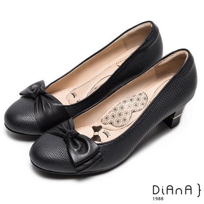 DIANA漫步雲端瞇眼美人款—蝴蝶結閃電壓紋質感真皮跟鞋-黑
