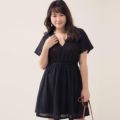 AIR SPACE PLUS 花苞V領燒花蕾絲短洋裝(黑)