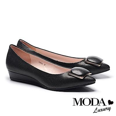 低跟鞋 MODA Luxury 細緻立體壓紋飾釦羊皮楔型低跟鞋-黑