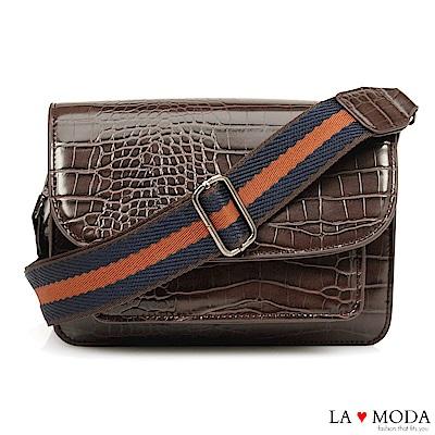 La Moda 品味滿點石頭壓紋漆皮大容量肩背斜背小方包郵差包(咖)