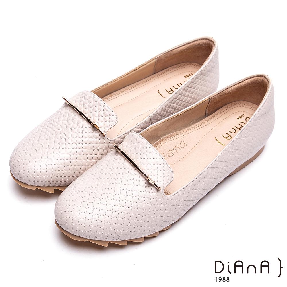 DIANA壓格紋金屬釦飾平底休閒鞋-漫步雲端厚切焦糖美人-米