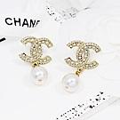 CHANEL香奈兒 經典金色水鑽雙C珍珠垂墜耳環