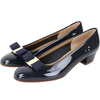 Salvatore Ferragamo VARA 羅緞蝴蝶結漆皮粗跟鞋(深藍色)