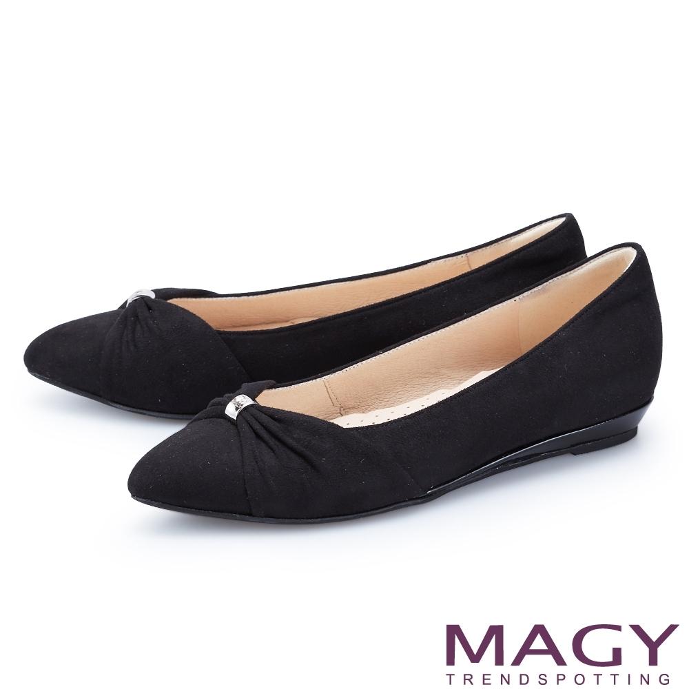 MAGY 抓皺五金絨布尖頭 女 平底鞋 黑色