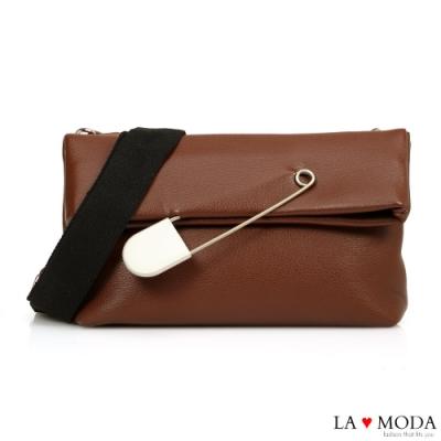 La Moda 時尚感破表大別針裝飾翻摺設計肩背郵差包(棕)