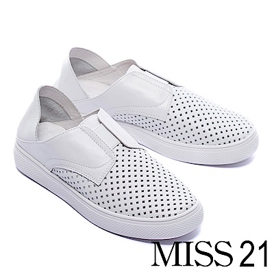 休閒鞋 MISS 21 經典純色沖孔拼接設計全真皮休閒鞋-白