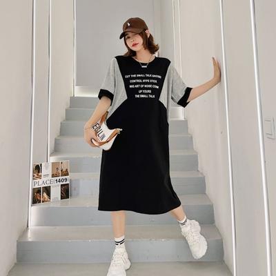 MOCO圓領減齡撞色英文字配色袖子寬鬆棉質洋裝L~3XL