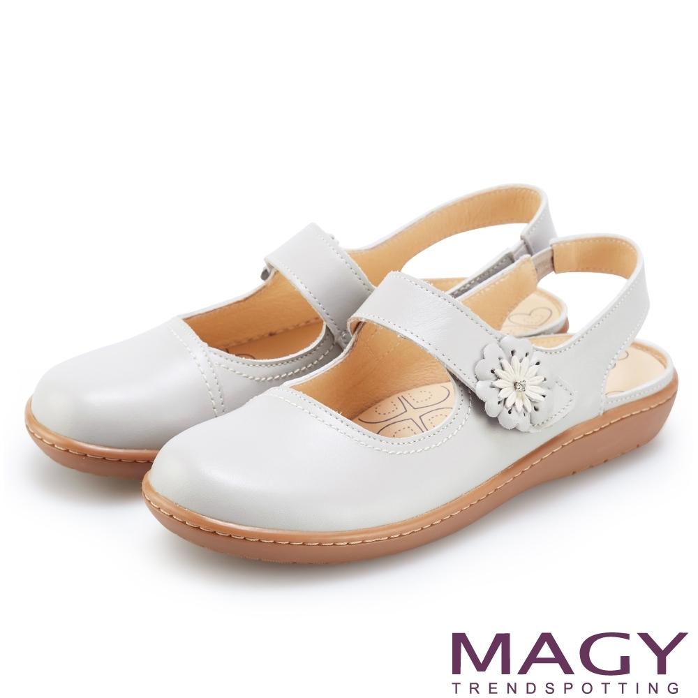 MAGY 經典甜美舒適 皮革花朵點綴後空休閒平底鞋-淺藍