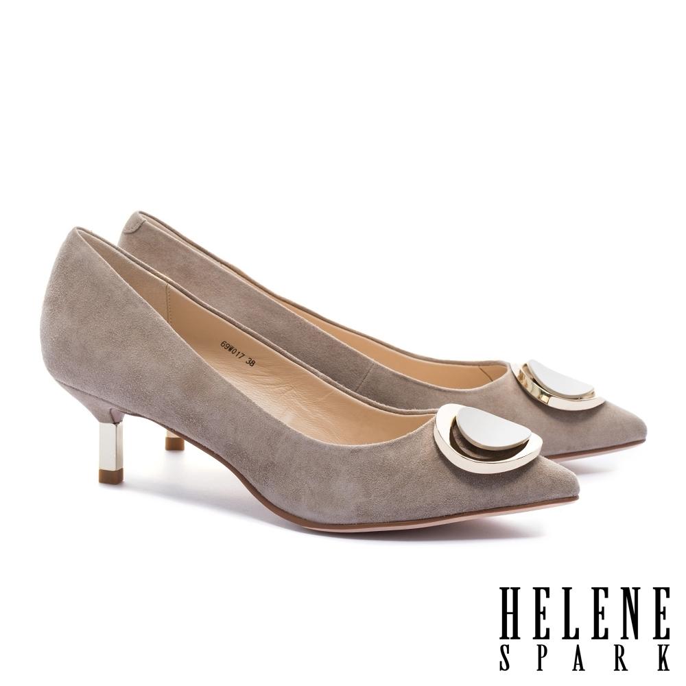 高跟鞋 HELENE SPARK 金屬風質感烤漆圓釦羊麂皮尖頭高跟鞋-米