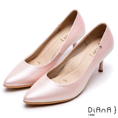 DIANA尖頭微光澤質感壓紋真皮跟鞋-漫步雲端焦糖美人款-粉