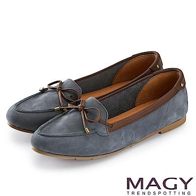 MAGY 舒適樂活 綁帶牛麂皮百搭尖頭平底鞋-藍色