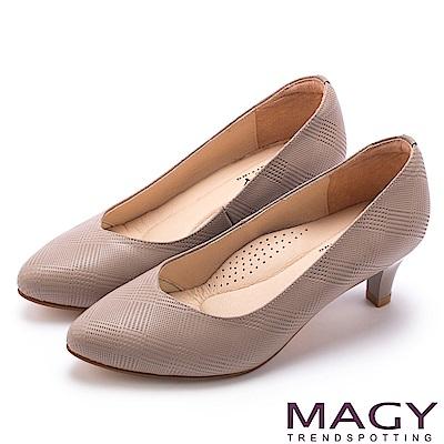 MAGY 氣質首選 壓紋羊皮V口尖頭中跟鞋-可可