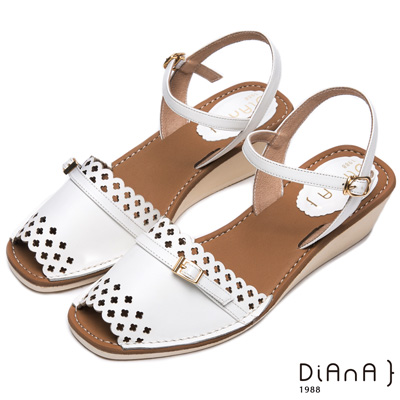 DIANA 可愛俏麗—質感鏤空光澤金屬釦楔型涼鞋-白