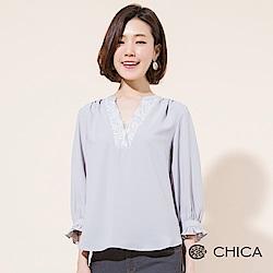 CHICA 唯美春日蕾絲V領雪紡上衣(2色)