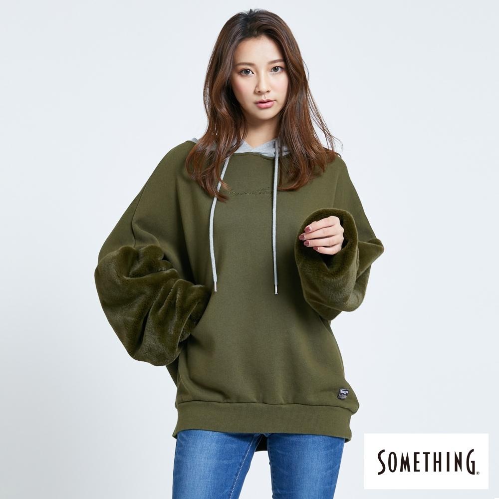 SOMETHING 毛絨袖拼接 寬鬆厚連帽T恤-女-墨綠色